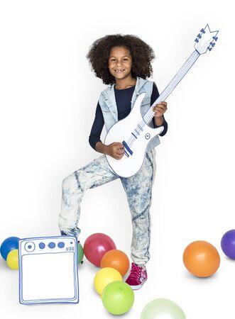 分離されたギターとアフリカ系の少女の肖像画 写真素材