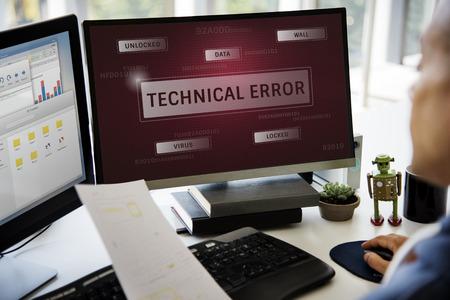 Mens die aan de grafische overlapping van het computernetwerk werkt Stockfoto