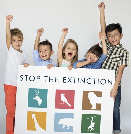 保存を保持している若い子供動物バナー