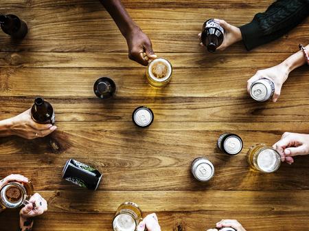 사람들 손에 맥주 알콜 음료가 들러 스톡 콘텐츠