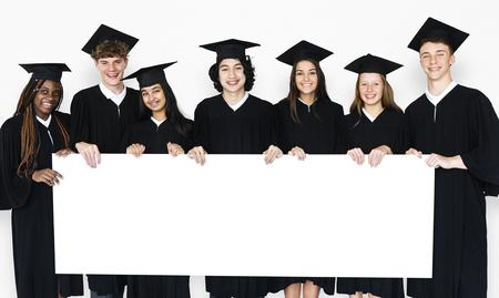 プラカードを持って学生の多様なグループ