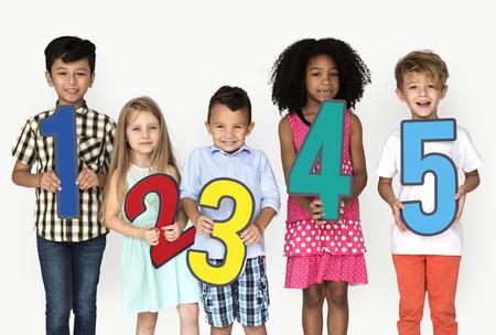 番号の紙のアイコンを保持している子供のグループ 写真素材