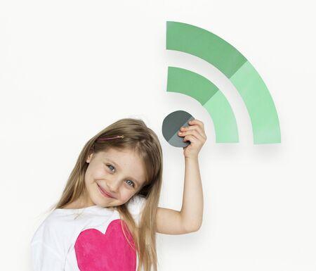 小さな女の子持株 Wifi アイコン 写真素材