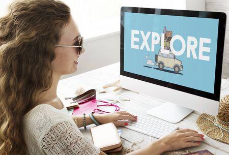Illustratie van ontdekkingsreis wegreis op computer reizen