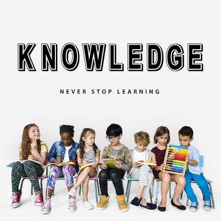 Kinderkinderen studeren leerkennis op levensstijl Stockfoto