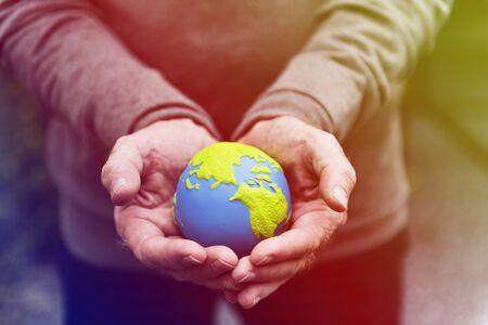 손을 잡고 환경 보전 지구본 스톡 콘텐츠