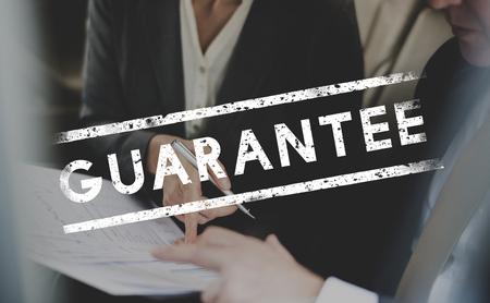 Geschäftsleute Diskussion Strategie mit Garantie Wort Standard-Bild - 80248311