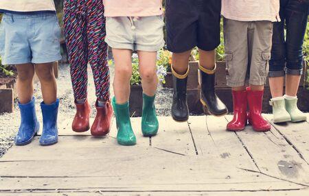 Gruppe von Kindern sind auf einem Exkursion Standard-Bild - 80272283
