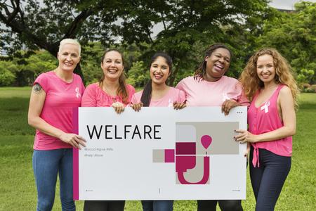 Groupe de femmes occupant bannière de la campagne de don de sang Banque d'images - 80251274