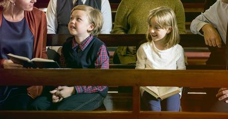 Family Sitting Church Believe Religion Imagens - 80174755