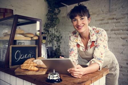 Frau mit Tablette für Online-Business-Bestellung Standard-Bild - 80232781