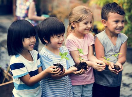 Groep kindertuin kinderen vrienden tuinieren landbouw