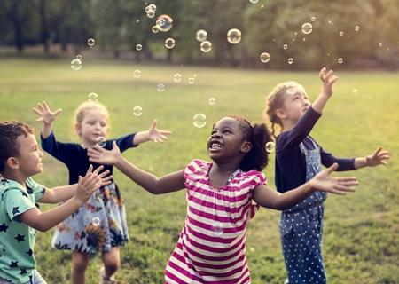 Groep Kinderen zijn in een veldtocht Stockfoto