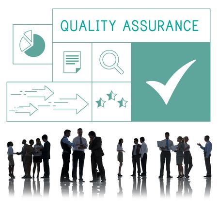 Mensen met illustratie van kwaliteitsgarantieverzekering Stockfoto