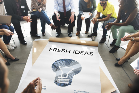 창의적인 아이디어 디지털 기술 전구의 그래픽을 가진 사람들