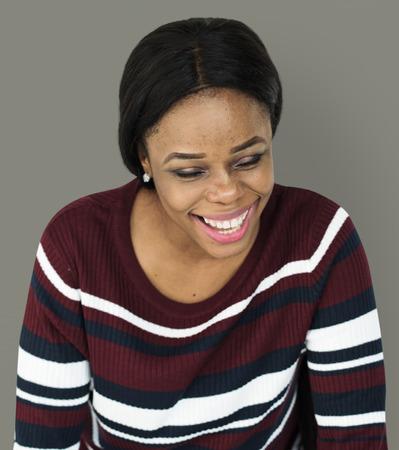감정적 인 웃는 여자의 초상화 스마일