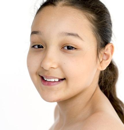 bonheur petite fille souriante bare poitrine portrait en studio