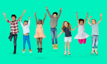 ジャンプの楽しい子供たちの多様なグループ 写真素材 - 80307385