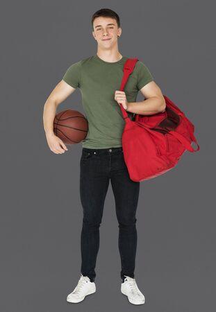 Jonge volwassen gespierde man met basketbal Stockfoto