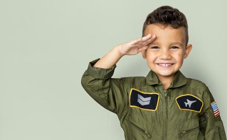 パイロットの夢仕事敬礼と笑みを浮かべて少年 写真素材 - 80190618