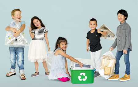 Diverse Gruppo Di Bambini Riciclare Spazzatura Archivio Fotografico - 80260028