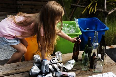 Petite fille est séparée bin pour recycler Banque d'images - 80275083