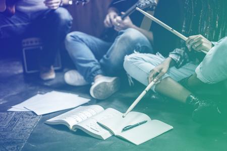 Grupo de músico ensayar juntos Foto de archivo - 80275099