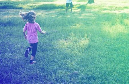 잔디 필드 공원 야외에서 실행 어린 소녀
