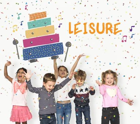 Les enfants reçoivent des activités de l & # 39 ; éducation des activités de la Banque d'images - 80385633
