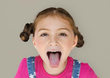 Felicità sorridente ragazza che si estende fuori ritratto di lingua di studio Archivio Fotografico - 80279711