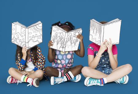 Pequeños niños leyendo libros de la historia Foto de archivo