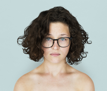Jeune adulte femme topless portrait en studio Banque d'images - 80276166