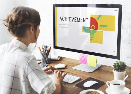 コンピューター ネットワークのグラフィック オーバーレイで働く女性