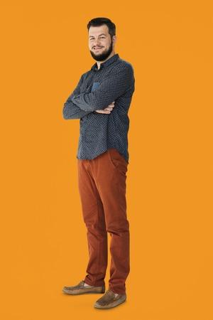 Homme confiant, souriant et bras croisés portrait en studio Banque d'images - 80311703