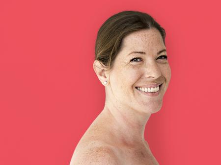 bonheur femme nue poitrine topless souriant portrait en studio
