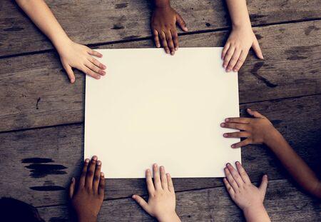 Groep kinderen hand monteren op lege banner samenhorigheid