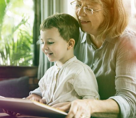 Großmutter und kleiner netter Enkel , der zusammen liest Standard-Bild - 80341962