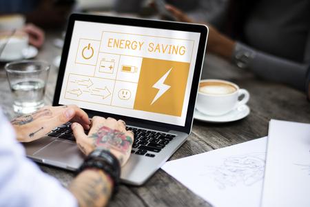 Illustratie van energiebesparing duurzame stroomopwekking op laptop Stockfoto