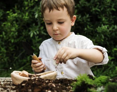 子供の遊び心のある生意気な汚れはほとんど