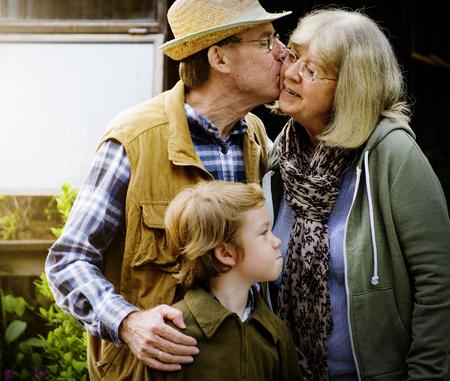 수석 커플 키스 다른 뺨 사랑 Smitten 스톡 콘텐츠