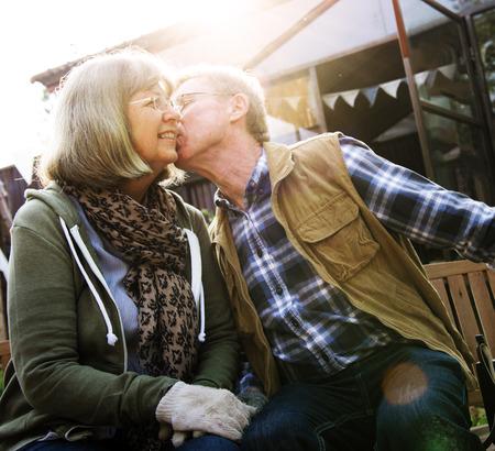 수석 커플 남자 여자 뺨에 키스를주는 스톡 콘텐츠