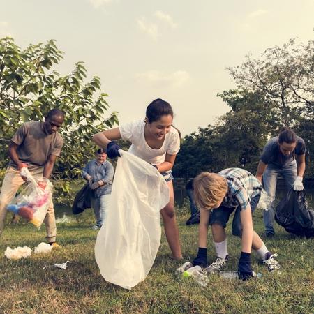 公園でゴミ拾いの人々 の多様なグループ ボランティア コミュニティ サービス