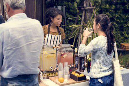 大人の女性の料理でお客様にレモネードを販売市場を失速します。