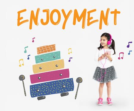 Les enfants au début des activités de loisirs pour les enfants l'éducation musicale Banque d'images - 80344134