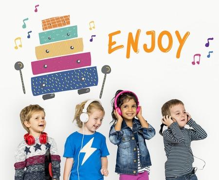 Les enfants au début des activités de loisirs pour les enfants l'éducation musicale Banque d'images - 80352387