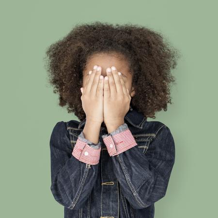 Portret van een kleine African Descent Girl geïsoleerd