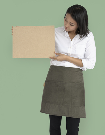 Vrouw Holding Cork Board Copy Space Concept
