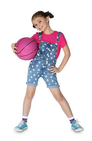 女の子のバスケット ボールのスポーティな笑顔を保持