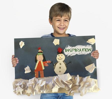 Kinderen met plezier met sneeuwpop artwork Stockfoto - 80375939
