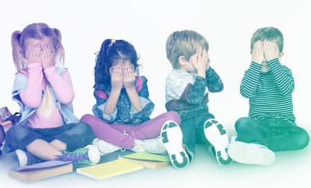 엿보기 - 부을 함께 연주하는 작은 아이들의 그룹 스톡 콘텐츠